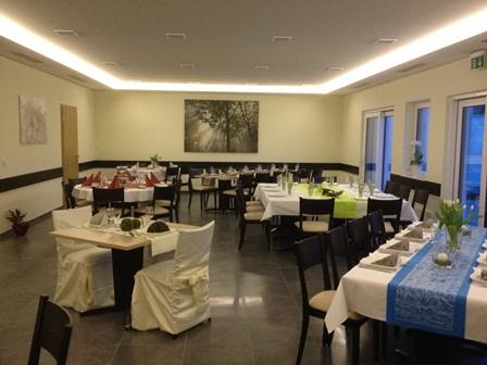Gastraum Tische dekoriert